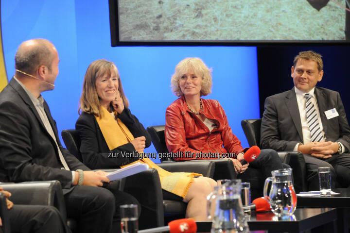 Moderator Johannes Kaup, Gudrun Graf, ehemalige Botschafterin in Addis Abeba, Entwicklungspolitische Gutachterin Annette Schmidt und Rupert Weber, geschäftsführender Vorstand von Menschen für Menschen Österreich: Selbsthilfe statt Almosen
