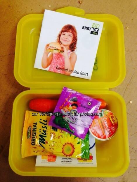 """Heute schon gefrühstückt? Nicht umsonst heißt es: Das Frühstück ist die wichtigste Mahlzeit des Tages - gerade für Schulkinder. Daher haben unsere Kollegen am Wochenende im Rahmen der """"Bio-Brotbox-Aktion"""" fleißig wiederverwendbare Brotboxen mit einem gesunden Frühstück gefüllt. Heute, zu Beginn der zweiten Schulwoche, werden so rund 7.000 Abc-Schützen an den Frankfurter Grund- und Förderschulen mit einem gesunden Frühstück versorgt. Die Deutsche Börse beteiligt sich bereits zum dritten Mal an der Aktion. Projektpartner ist das Umweltforum Rhein-Main e.V. Weitere Informationen zum Projekt gibt es auf www.biobrotbox.de  Source: http://facebook.com/DeutscheBoerseAG (15.09.2014)"""