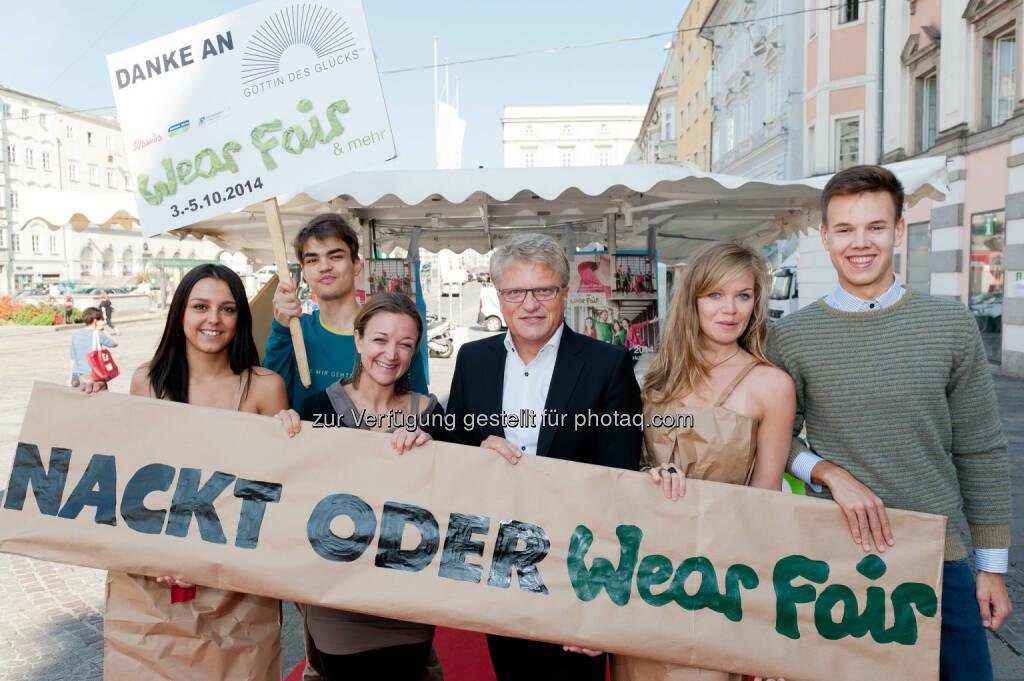 Maria Wimmer, WearFair & mehr Geschäftsführerin, Klaus Luger, Bürgermeister Linz: Global 2000: Nackt oder WearFair! Pop-up Modenschau überrascht mit öko-fairer Mode und Nacktmodels, © Aussender (19.09.2014)