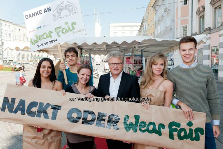 Maria Wimmer, WearFair & mehr Geschäftsführerin, Klaus Luger, Bürgermeister Linz: Global 2000: Nackt oder WearFair! Pop-up Modenschau überrascht mit öko-fairer Mode und Nacktmodels