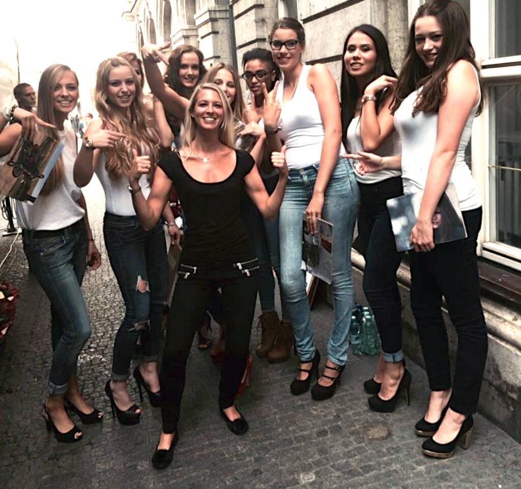 Black and White Yes - Nina Bergmann, finanzen.net mit MTM 2014 Models (zur Verfügung gestellt), © diverse Handypics mit freundlicher Genehmigung von photaq.com-Freunden (20.09.2014)