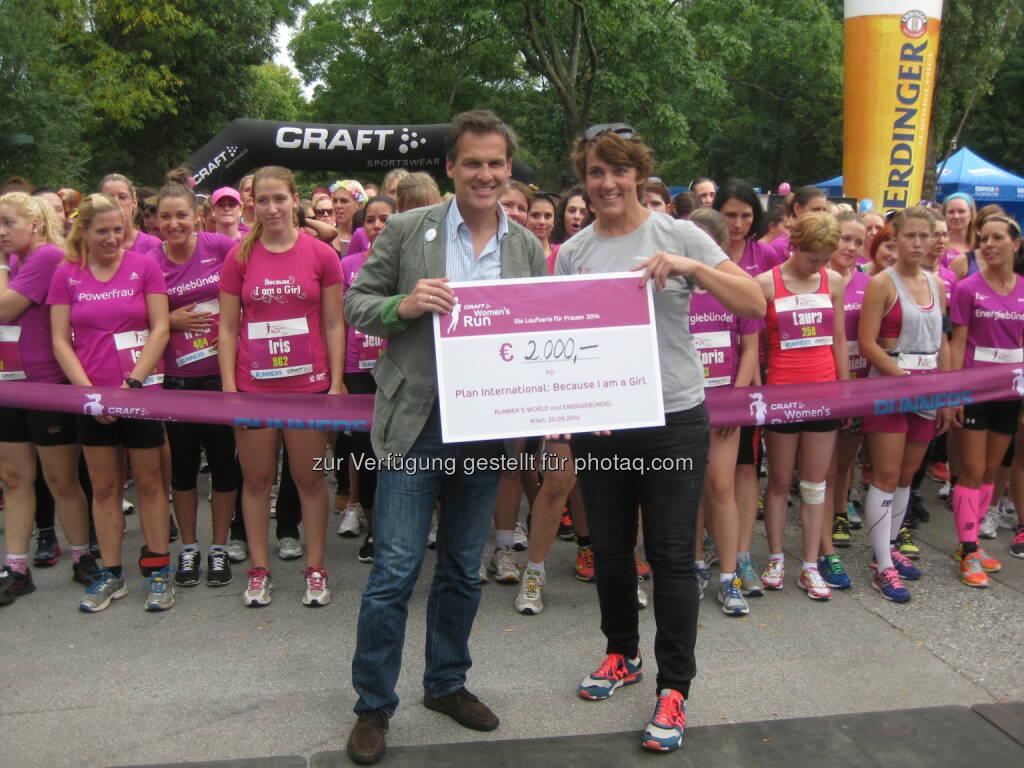 Tarek Leitner übernimmt den Spendenscheck für Plan's Kampagne Because I am a Girl: Plan International: Plan ist zum zweiten Mal Charity-Partner vom Crafts Women's Run, © Aussendung (21.09.2014)
