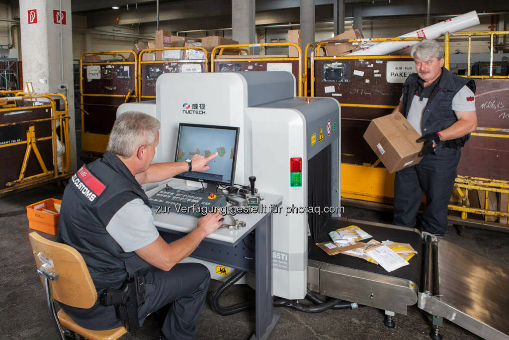 Zollkontrolle von Briefen und Paketen mittels Röntgengerät. Fotocredit: BMF/citronenrot , © Finanzministerium (22.09.2014)