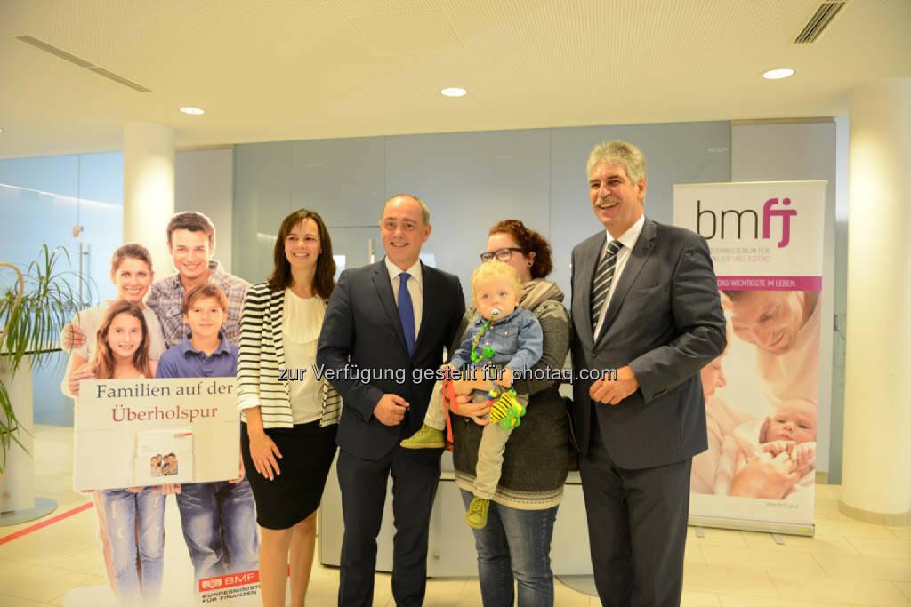 Familienministerin Sophie Karmasin und Finanzminister Hans Jörg Schelling bei ihrem Besuch im Finanzamt St. Pölten. , © Finanzministerium (22.09.2014)