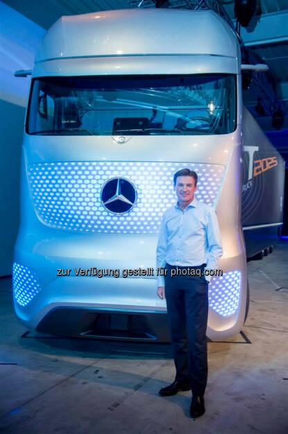Wolfgang Bernhard (Daimler AG) vor einem Mercedes-Benz Future Truck 2025, © Aussendung (22.09.2014)