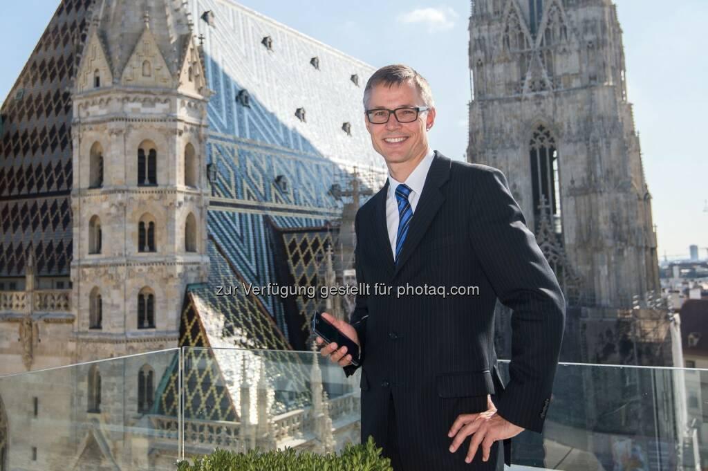 3CEO Jan Trionow zum Start des größten LTE-Netzes im Großraum Wien mit einem der drei ersten Samsung Galaxy Note Edge, die derzeit in Europa zu Vorführungszwecken bereits verfügbar sind: Hutchison Drei Austria Gmbh: Drei bringt größtes LTE-Netz im Großraum Wien on Air, © Aussendung (24.09.2014)