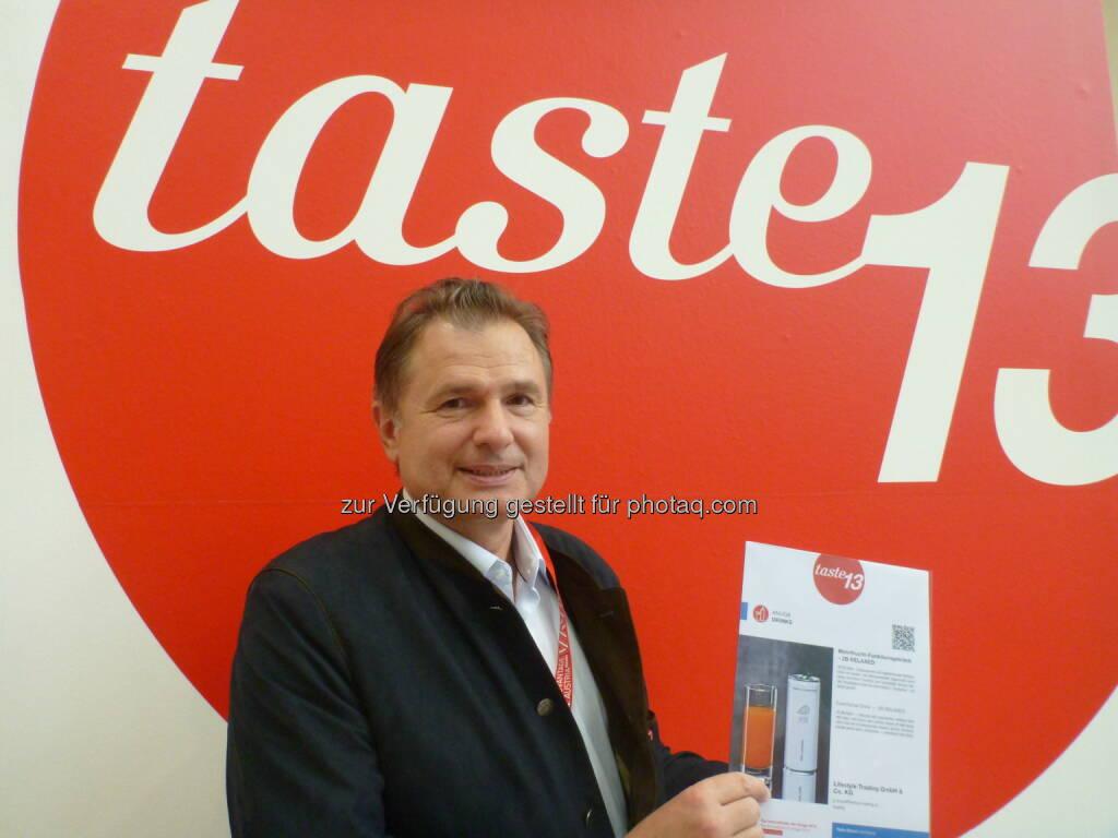 Armin Breinl mit seiner internationalen Auszeichnung bei der Anuga in Köln: Lifestyle Trading Gesellschaft mbH & CO KG: 2B[to be] Funktionsgetränke auf dem Weg zur internationalen Marke!, © Aussendung (25.09.2014)