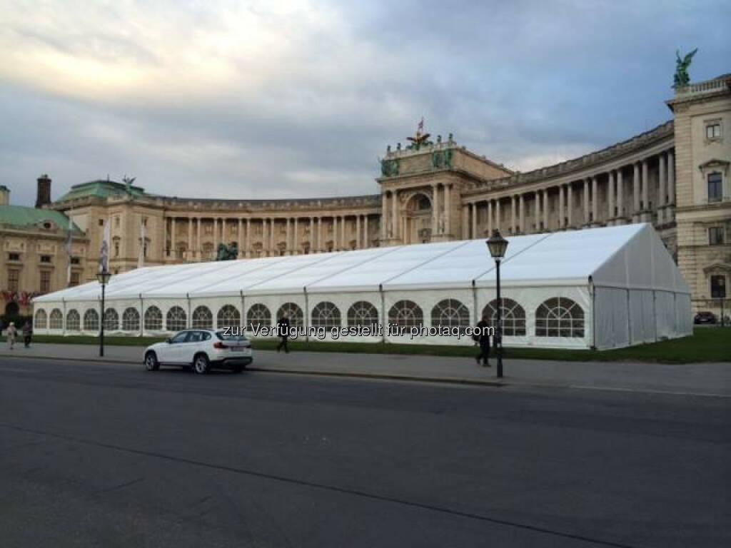 Das Zelt für die Startnummernausgabe steht bereits...ab morgen wird eingerichtet und eingeräumt. Starnummernausgabe für den erste bank vienna night run beginnt am Sonntag ab 10:00 Uhr, https://www.facebook.com/viennanightrun?ref=br_tf, © Aussendung (25.09.2014)