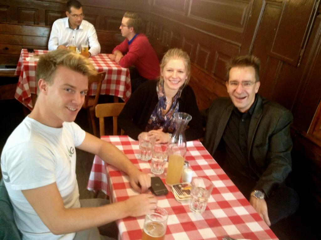 Investmentpunk Gerald Hörhan hat Sebastian und Lisa zum Termin ins Rebhuhn mitgenommen. Themen: Financial Literacy und das Mittun bei http://www.christian-drastil.com/blog (27.09.2014)