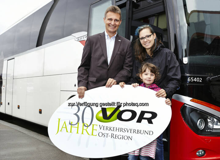 VOR-Geschäftsführer Wolfgang Schroll mit SOS-Kinderdorf-Mutter und Kind aus WienVerkehrsverbund Ost-Region (VOR) GmbH: VORfahrt für 50 Kinder des SOS-Kinderdorf