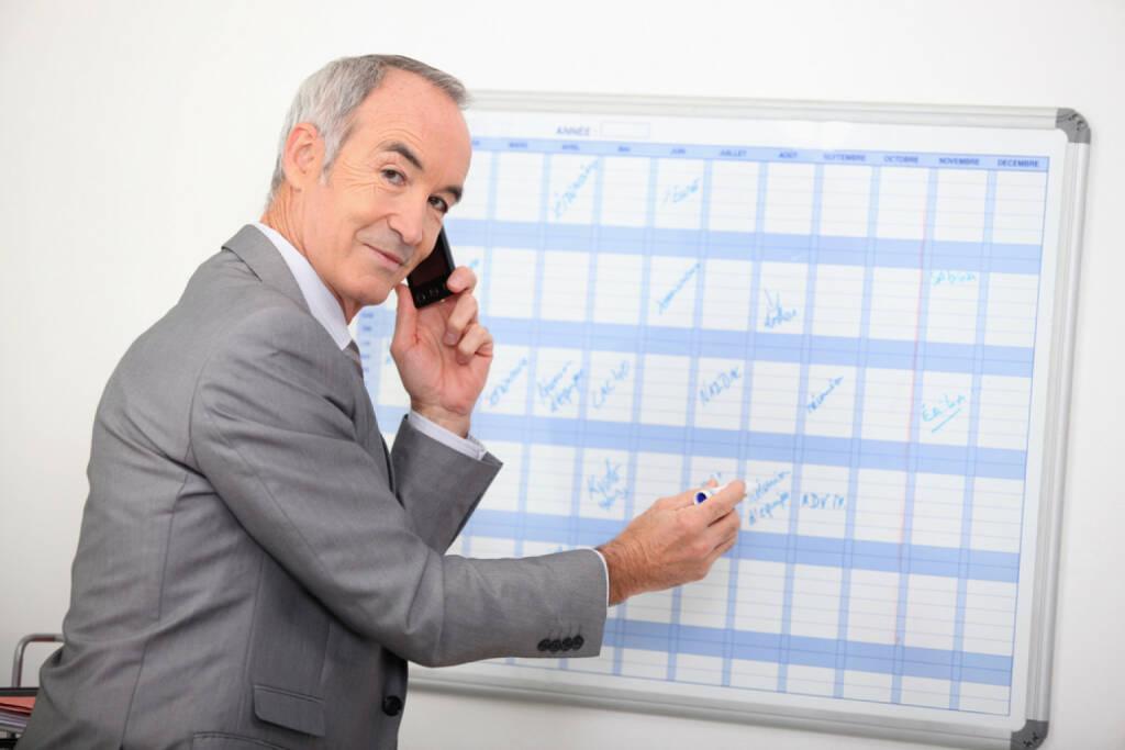 Wandkalender, Kalender, Jahresplaner, Planung, Datum, Mann, Telefon, telefonieren, http://www.shutterstock.com/de/pic-91304765/stock-photo-mature-businessman-writing-on-a-wall-planner.html, © www.shutterstock.com (21.01.2017)