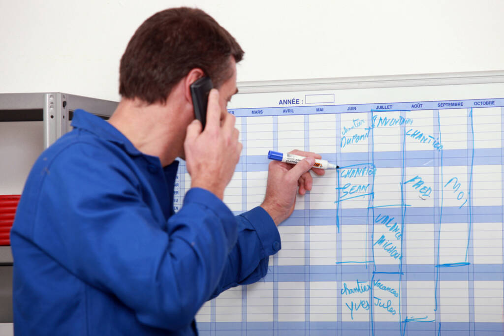 Wandkalender, Kalender, Jahresplaner, Planung, Datum, http://www.shutterstock.com/de/pic-111505160/stock-photo-man-in-blue-overalls-talking-on-the-phone-and-writing-on-a-board.html, © www.shutterstock.com (24.03.2017)