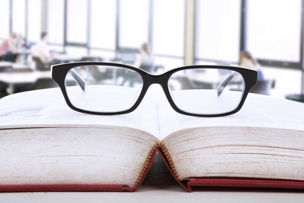 research, nachschlagen, suchen, Brille, Buch, Universität, lernen, studieren, http://www.shutterstock.com/de/pic-121465030/stock-photo-picture-of-an-open-book-with-a-glasses-on-top-of-it.html, © (www.shutterstock.com) (29.09.2014)