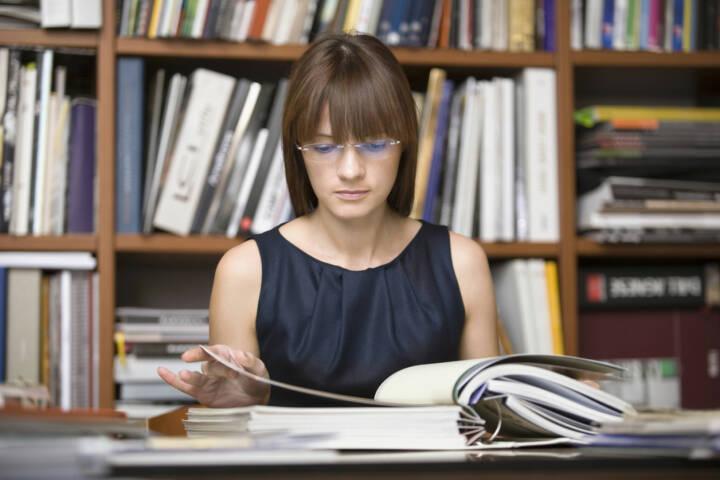 research, nachschlagen, suchen, Buch, Bibliothek, http://www.shutterstock.com/de/pic-147978239/stock-photo-young-female-designer-going-through-documents-in-library.html