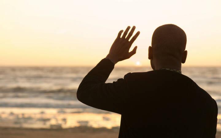 winken, ciao, Abschied, verabschieden, untergehen, beenden, http://www.shutterstock.com/de/pic-148175468/stock-photo-portrait-of-a-man-waving-at-the-sunset.html