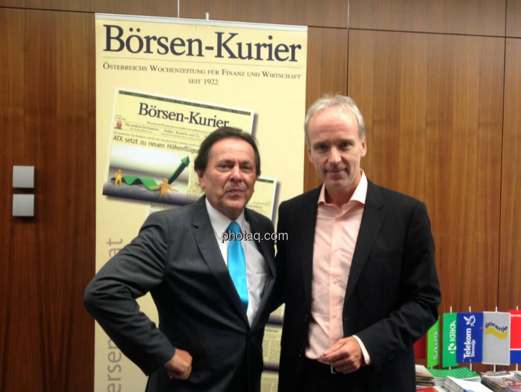 Peter Muzik, Christian Drastil vor dem Börsen-Kurier-Rollup. Vor zehn Jahren waren sie WirtschaftsBlatt-Chefredakteure, Print und Online, © photaq/Drastil (29.09.2014)