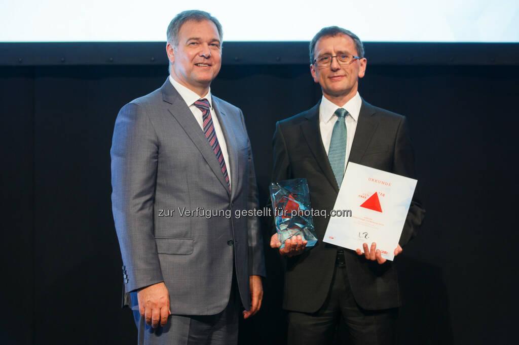 Anecon-CEO Hans Schmit (r.) freut sich über die neue Trophäe, überreicht von WK Wien Präsident DI Walter Ruck (l.).: Anecon als Sieger des Unternehmenspreises Crescendo ausgezeichnet, © Aussendung (30.09.2014)