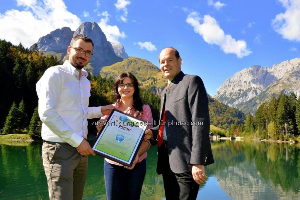 Wilfried Johann Klauss und Ruth Klauss-Strasser von AAE Naturstrom sowie Norbert Lux, COO der Green Brands Organisation.: AAE Naturstrom erhält die internationale Auszeichnung als Green Brand Austria, © Aussendung (01.10.2014)