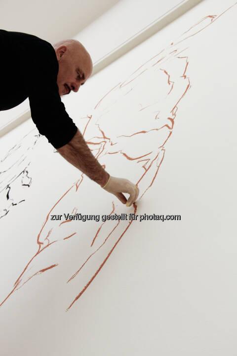 Hannes Mlenek bei der Arbeit an seiner Installation Seismogramm der Erregung: Leopold Museum im MQ: Lange Nacht im Leopold Museum: Meisterzeichnungen, Visual-Art und Kunstbuch-Sale