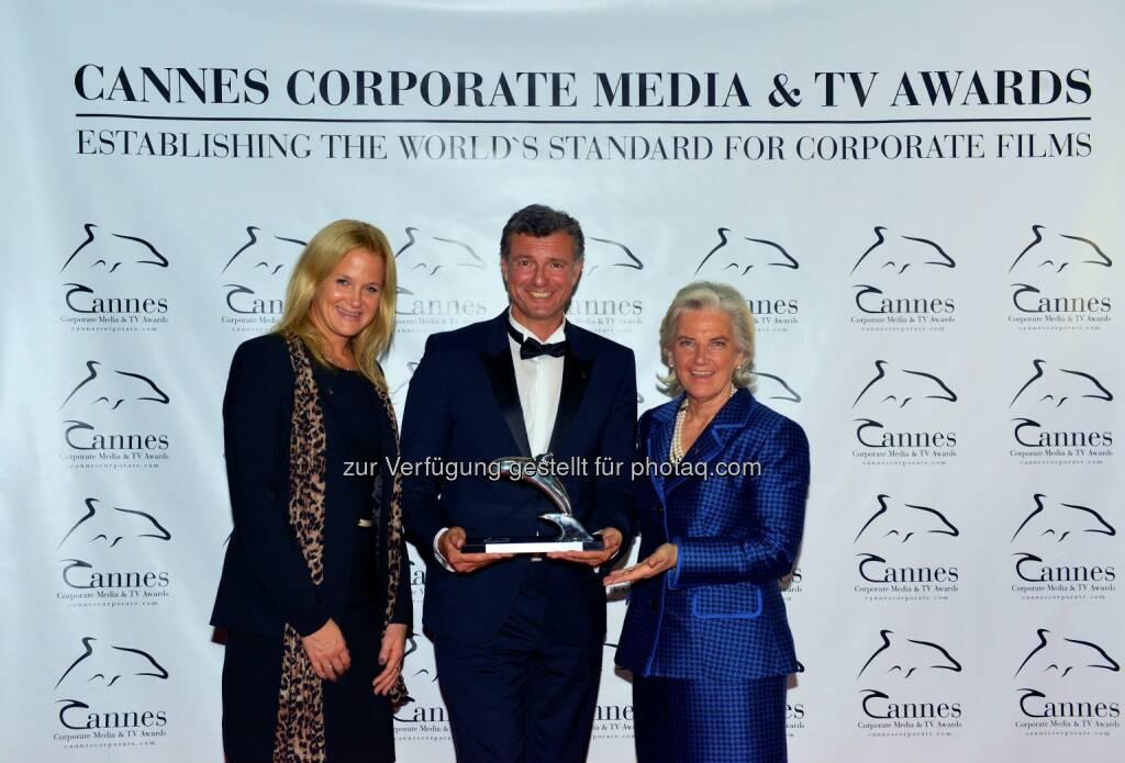 Katrin Schlechter (AR Vorsitzende Stv. Kitzbühel Tourismus), Bernhard Riegler (Zenturio film.creation), Signe Reisch (Präsidentin Kitzbühel Tourismus): pro.media kommunikation gmbh: Große Auszeichnung für Kitzbühel Tourismus: Der Imagefilm Kitzbühel | The Legend gewann am Donnerstagabend bei den 5. Cannes Corporate Media & TV Awards den silbernen Delphin. , © Aussendung (03.10.2014)