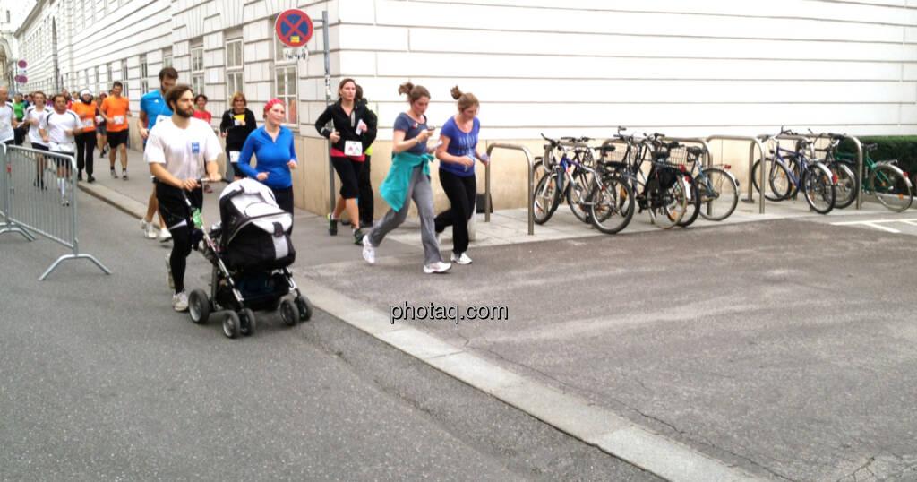 Laufen, Kinderwagen - Fahrräder stehen ausnahmsweise mal (04.10.2014)