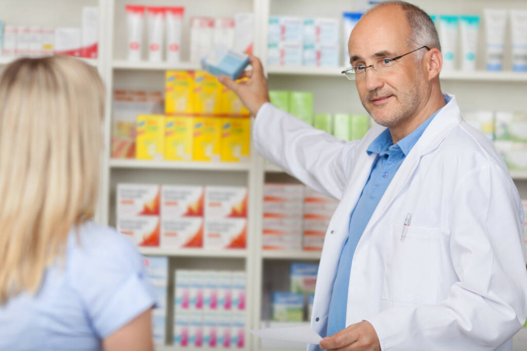 Medizin, Apotheke, Medikament, Pharma, Krankheit, http://www.shutterstock.com/de/pic-140487739/stock-photo-pharmacist-talking-to-female-client-while-taking-medicine-of-the-shelf.html (07.10.2014)