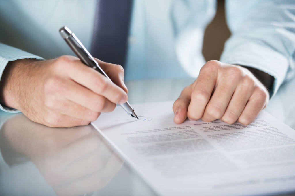 Bank, Vertrag, unterschreiben, http://www.shutterstock.com/de/pic-136826309/stock-photo-businessman-is-signing-a-contract-business-contract-details.html (07.10.2014)