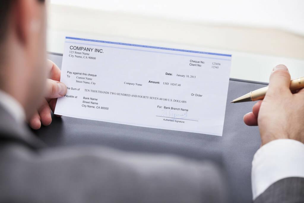 Bank, Scheck, http://www.shutterstock.com/de/pic-172972859/stock-photo-close-up-of-a-businessman-filling-blank-cheque.html (07.10.2014)