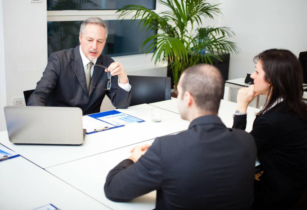 Bank, Beratungsgespräch, http://www.shutterstock.com/de/pic-193458041/stock-photo-businessman-talking-to-a-couple.html (07.10.2014)