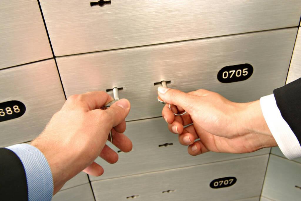 Bank, Schließfach, aufbewahren, Sicherheit, Safe, öffnen, http://www.shutterstock.com/de/pic-66331984/stock-photo-unlocking-deposit-safe.html (08.10.2014)