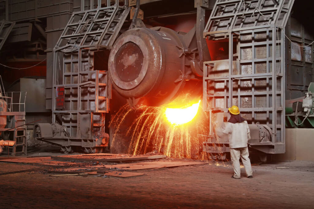 Stahl, Giesswerk, Hochofen, heiss, Feier, schmelzen, flüssig, Industrie, Metall, http://www.shutterstock.com/de/pic-197441834/stock-photo-iron-and-steel-industry-furnace-and-operating-workers.html (08.10.2014)