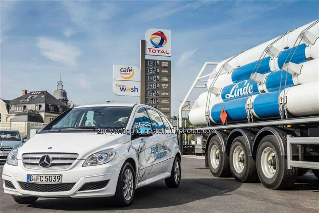 Daimler: Der Automobilhersteller Daimler und das Gase- und Engineering-Unternehmen Linde werden noch in diesem Jahr beginnen, gemeinsam mit den Mineralölunternehmen Total, OMV, Avia und Hoyer die Anzahl an Wasserstofftankstellen in Deutschland deutlich zu erhöhen. Die beiden Unternehmen investieren dabei jeweils rund 10 Mio. EUR in jeweils zehn Tankstellen., © Aussendung (08.10.2014)