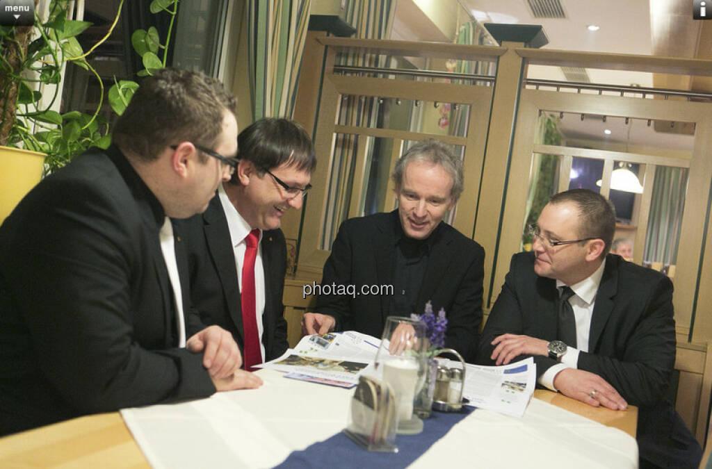 Frank Haas, Martin Hauer, Christian Drastil, Gerfried Karner - Sparkasse Kremstal-Phyrn mit den Fachheften - Zusammenhang siehe http://finanzmarktfoto.at/page/index/182 (26.01.2013)