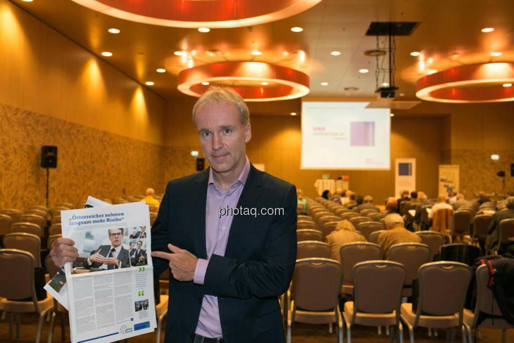 Christian Drastil mit dem Ankünder zum Event im Fachheft 25, http://www.christian-drastil.com/fachheft25, © photaq/Martina Draper (09.10.2014)