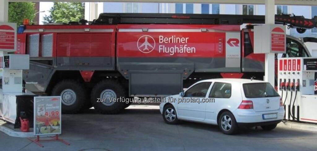 Rosenbauer / Berliner Flughafen - seltenes Szenario: 360 Liter Diesel geschluckt - für den Tankwart der wohl schönste Tag des Jahres :-) http://www.facebook.com/RosenbauerGroup (26.01.2013)