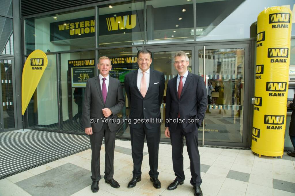 Peter Bucher (CEO, Western Union International Bank), Hikmet Ersek (CEO, The Western Union Company) und Christian Hamberger (Managing Director, Western Union International Bank): Western Union International Bank GmbH: Western Union International Bank eröffnet Next Generation-Filiale am Wiener Hauptbahnhof, © Aussender (11.10.2014)