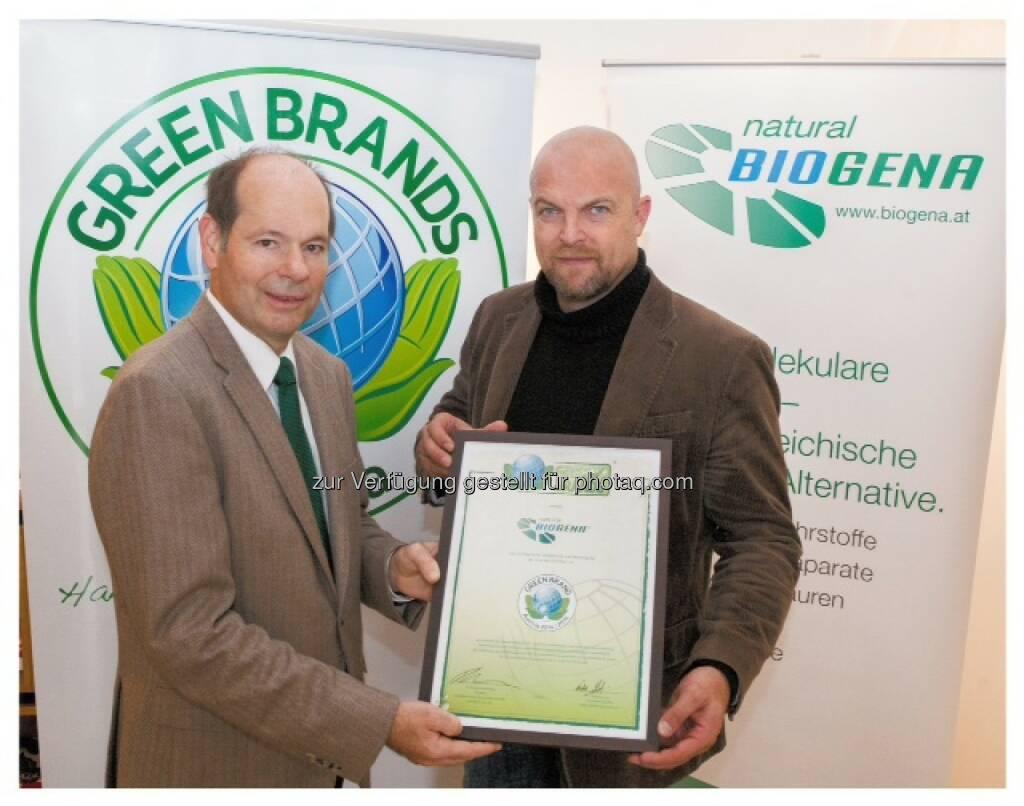 Norbert Lux, COO der Green Brands Organisation, Albert Schmidbauer, Eigentümer der Biogena Naturprodukte GmbH & Co KG: Green Brands Organisation Ltd.: Biogena als erstes Unternehmen aus der Gesundheitsbranche zu den Green Brands Austria ausgezeichnet, © Aussendung (14.10.2014)