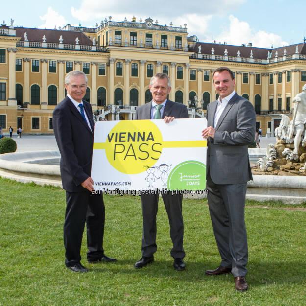 Paul Blaguss, Wilhelm Böhm und  Franz Sattlecker mit dem Vienna Pass.: VPG Vienna Pass GmbH: Vienna Pass - Wien ist im modernen Tourismus angekommen!, © Aussendung checkfelix (14.10.2014)