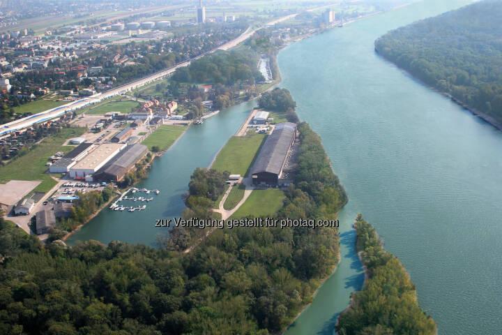 WRG - Werft Revitalisierung GmbH: Schönste Donauinsel wirbt um Jahrhundert-Ansiedlung: Dieses geschichtsträchtige Areal vor den Toren Wiens ist bereit für eine neue Ära. Wurden im 160-jährigen Bestehen der Werft Korneuburg fast 1.000 Schiffe gebaut, welche noch heute auf den großen Flüssen und Meeren unterwegs sind, so ist diese Halbinsel nun reif für Investoren, die sich an der schönen Donau ein Denkmal setzen wollen. Das Gelände wurde mit einem Investitionsaufwand in Millionen-Höhe perfekt umweltsaniert und Maßnahmen wie Hochwasserschutz und eine direkte Autobahnabfahrt vorbereitet.