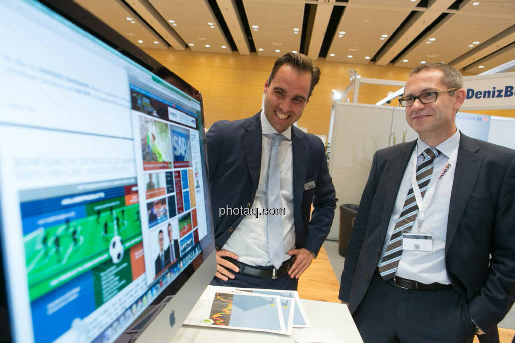 Philipp Arnold (RCB) und Günther Artner (Erste Group) blicken auf den Zertifikatebereich der neuen Börse Social Network-Site. Coming Soon, © photaq/Martina Draper (16.10.2014)