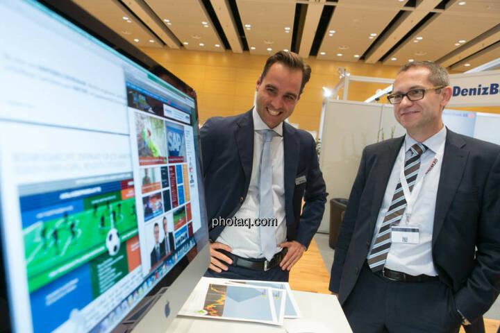 Philipp Arnold (RCB) und Günther Artner (Erste Group) blicken auf den Zertifikatebereich der neuen Börse Social Network-Site. Coming Soon