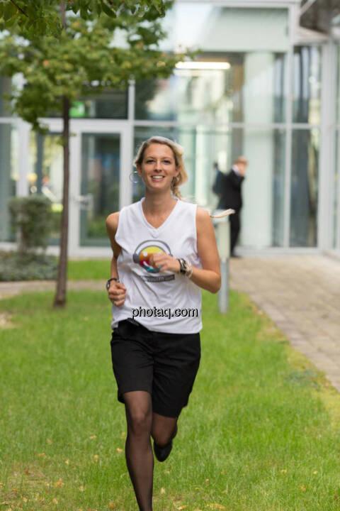 Nina Bergmann (finanzen.net) im runplugged shirt auf der Gewinnmesse
