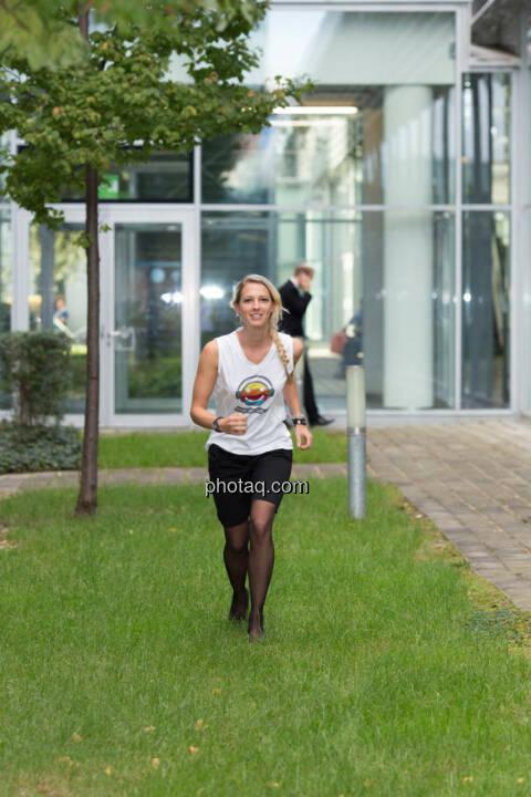 Start - Nina Bergmann (finanzen.net) im runplugged shirt auf der Gewinnmesse
