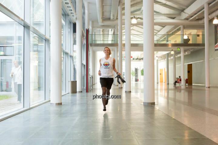 Nina Bergmann (finanzen.net) im runplugged shirt auf der Gewinnmesse, Schuhe