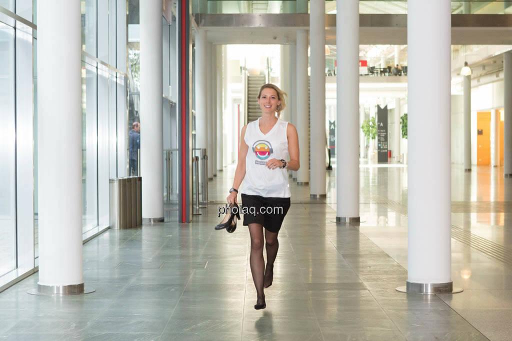 Schuhe - Nina Bergmann (finanzen.net) im runplugged shirt auf der Gewinnmesse, © runplugged/Martina Draper (16.10.2014)