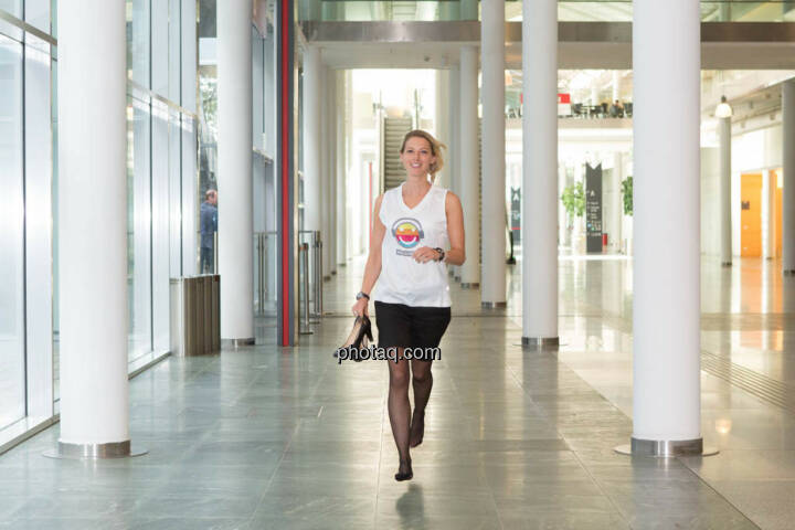 Schuhe - Nina Bergmann (finanzen.net) im runplugged shirt auf der Gewinnmesse