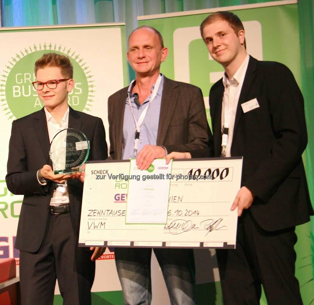 VWM Geschäftsführer und Gründer DI Wolfgang Vogl (Mitte) mit Wolfgang Deutschmann und Peter Garber (Green Rocket): Sieger des Green Business Award 2014 – , © Aussendung (17.10.2014)