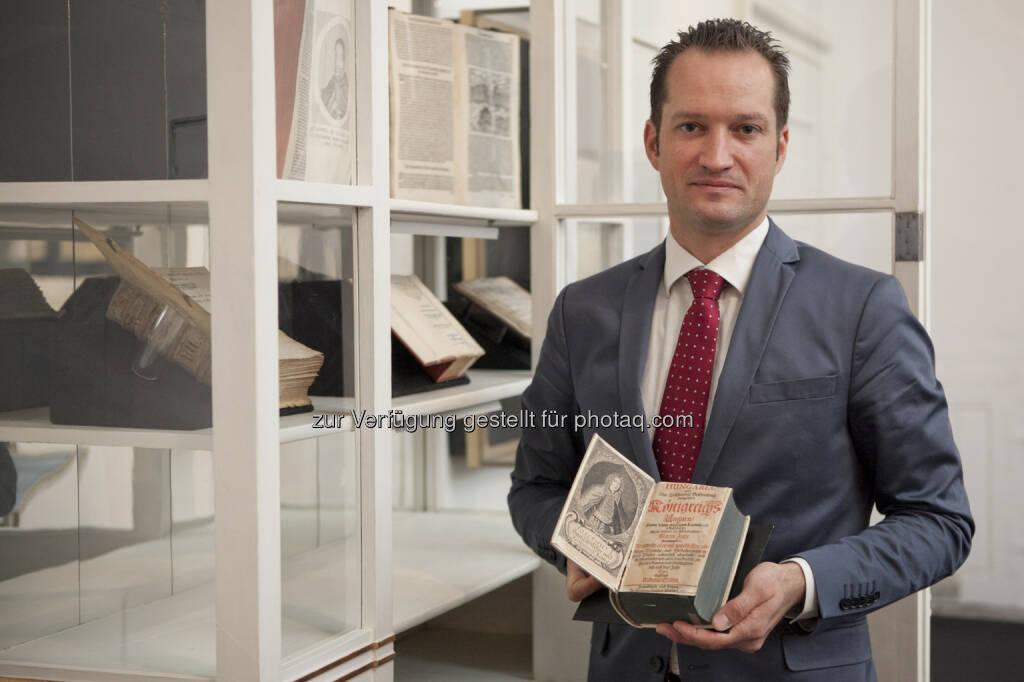 Sammlungsleiter Florian Bayer - Esterhazy Betriebe GmbH: Neue Ausstellung im Schloss Esterházy Bücher haben ihre bewegte Geschichte © Esterhazy / Schuller (18.10.2014)