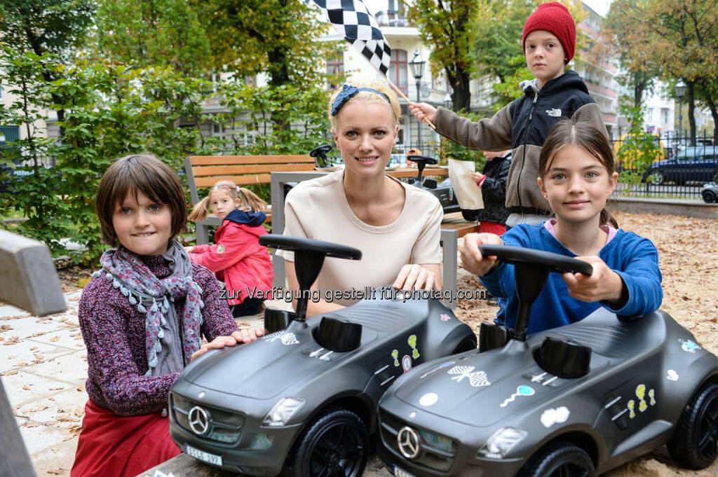 Mercedes Benz: Franziska Knuppe übergibt 16 Bobby Benz. Mercedes Benz unterstützt Kinder des Tabea.e.V. in Berlin, Foto: BrauerPhotos © H.Fuhr für Mercedes Benz, © Aussender (20.10.2014)