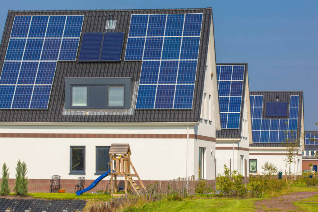 Solar, Solaranlage, Dach, Haus, Energie, Sonnenenrgie, Strom, -constructed-houses-in-a-suburban-area.html (22.10.2014)